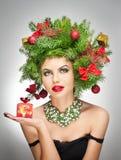 Maquillaje creativo hermoso de Navidad y lanzamiento interior del estilo de pelo. Modelo de moda de la belleza Girl. Invierno. Muc Fotos de archivo libres de regalías