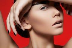 Maquillaje de la alta manera en modelo. Pulimento de clavos negro Fotografía de archivo