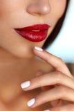 Maquillaje de la belleza Labios modelo atractivos de Girl With Red, clavos hermosos fotos de archivo libres de regalías