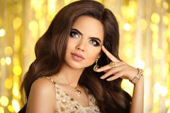 Maquillaje de la belleza Mujer elegante forme la joyería Retrato del encanto Imagen de archivo