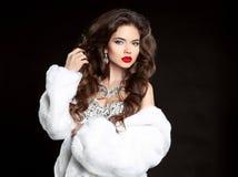 Maquillaje de la belleza Pelo largo Mujer hermosa en el visión blanco de lujo F Fotos de archivo libres de regalías