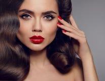 Maquillaje de la belleza Retrato de la mujer elegante con los labios rojos y los clavos manicured, estilo de pelo ondulado sano M Imagen de archivo
