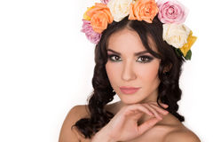 Maquillaje de la cara de la belleza de la mujer con natural fresco de las flores salvajes del campo del verano aislado en el fondo Fotos de archivo
