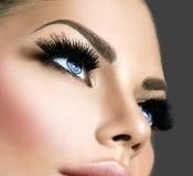 Maquillaje de la cara de la belleza Extensiones de las pestañas foto de archivo