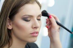 Maquillaje de la cara en estudio fotos de archivo libres de regalías