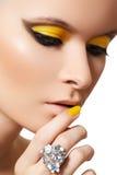 Maquillaje de la manera. Cara modelo del encanto, maquillaje brillante Foto de archivo libre de regalías