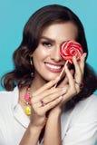 Maquillaje de la manera Mujer atractiva con el caramelo Fotografía de archivo libre de regalías