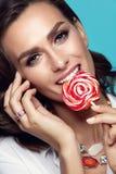 Maquillaje de la manera Mujer atractiva con el caramelo Imagenes de archivo