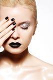 Maquillaje de la manera. Piel brillante del petróleo, labios negros, clavos Imagen de archivo