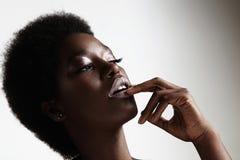 Maquillaje de la tarde de la mujer negra de la belleza que lleva y pelo afro Fotografía de archivo libre de regalías