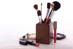 Maquillaje de los cosméticos en de madera blanco Fondo Imagenes de archivo