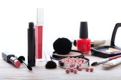 Maquillaje de los cosméticos en de madera blanco Fondo Imagen de archivo