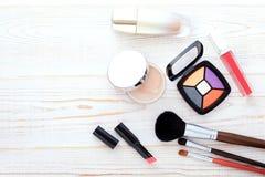 Maquillaje de los cosméticos en de madera blanco Fondo Mofa de la visión superior para arriba Foto de archivo libre de regalías