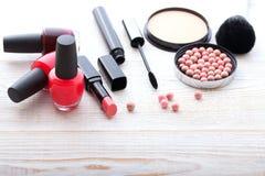 Maquillaje de los cosméticos en de madera blanco Fondo Mofa de la visión superior para arriba Fotografía de archivo libre de regalías