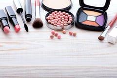 Maquillaje de los cosméticos en de madera blanco Fondo Mofa de la visión superior para arriba Foto de archivo