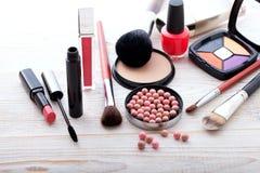 Maquillaje de los cosméticos en de madera blanco Fondo Mofa de la visión superior para arriba Imágenes de archivo libres de regalías