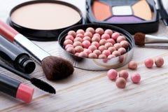 Maquillaje de los cosméticos en de madera blanco Fondo Mofa de la visión superior para arriba Imagen de archivo libre de regalías