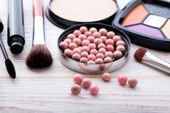 Maquillaje de los cosméticos en de madera blanco Fondo Mofa de la visión superior para arriba Fotos de archivo libres de regalías