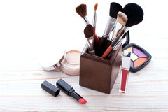 Maquillaje de los cosméticos en de madera blanco Fondo Mofa para arriba Imagen de archivo libre de regalías