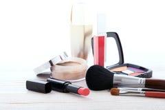 Maquillaje de los cosméticos en de madera blanco Fondo Mofa para arriba Foto de archivo