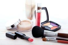 Maquillaje de los cosméticos en de madera blanco Fondo Mofa para arriba Fotos de archivo libres de regalías