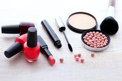 Maquillaje de los cosméticos en de madera blanco Fondo tapa Imagen de archivo
