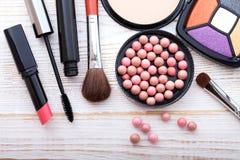 Maquillaje de los cosméticos en de madera blanco Fondo tapa Imágenes de archivo libres de regalías