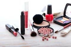 Maquillaje de los cosméticos en de madera blanco Fondo tapa Fotos de archivo libres de regalías