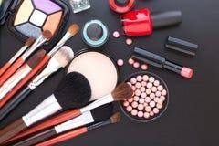 Maquillaje de los cosméticos en fondo negro Mofa de la visión superior para arriba fotos de archivo libres de regalías
