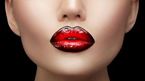Maquillaje de los labios Muestra del maquillaje de los labios de la pendiente de la alta moda de la belleza, negra con color rojo fotografía de archivo libre de regalías