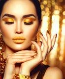 Maquillaje de oro del día de fiesta Manicura y maquillaje del arte de la moda imagen de archivo