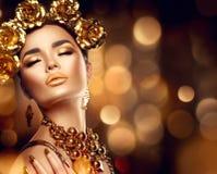 Maquillaje de oro del día de fiesta Peinado, manicura y maquillaje del arte de la moda imagen de archivo libre de regalías
