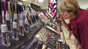 Maquillaje de prueba de la mujer en la tienda de Macys almacen de video
