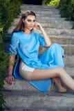 Maquillaje del brillo del sol del parque del paseo del vestido de la mujer que lleva atractiva hermosa Imagenes de archivo