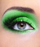 Maquillaje del ojo de la mujer con sombreadores de ojos verdes Imagenes de archivo