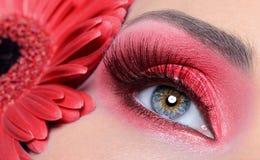 Maquillaje del ojo de la mujer de la manera con la flor imagen de archivo libre de regalías