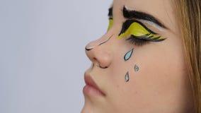 Maquillaje divertido de la historieta artista de maquillaje profesional que hace maquillaje cómico del arte pop almacen de video
