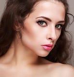 Maquillaje femenino perfecto brillante con los latigazos largos Fotos de archivo