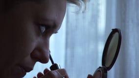 Maquillaje, haciendo las pestañas con rimel almacen de metraje de vídeo