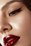 Maquillaje hermoso en la imagen de Hollywood con los labios rojos Ciérrese encima de cara de la belleza imagenes de archivo