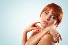 Maquillaje joven hermoso de la mujer aislado en azul Imágenes de archivo libres de regalías