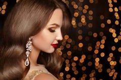 maquillaje joyería El modelo sonriente hermoso de la mujer con costoso va Fotos de archivo