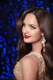 maquillaje joyería El modelo sonriente hermoso de la mujer con costoso va Imagen de archivo libre de regalías