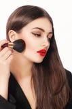 maquillaje La muchacha de la belleza con compone cepillos Natural compense a la mujer morena Imagen de archivo