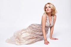 Maquillaje luxary de la joyería del partido del vestido rubio atractivo hermoso de la mujer Imágenes de archivo libres de regalías
