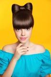 maquillaje Manicura Muchacha adolescente sonriente hermosa con el peinado del arco Foto de archivo