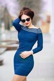 Maquillaje moreno joven atractivo hermoso de la tarde del pelo para llevar caminar corto de la reunión del vestido del negocio de Imagenes de archivo