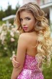 maquillaje Muchacha hermosa con el pelo ondulado largo rubio que presenta en Fashi Fotos de archivo libres de regalías