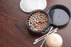 Maquillaje multicolor del polvo del lápiz corrector en caja negra fotografía de archivo