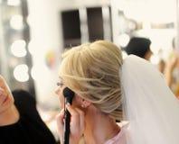 Maquillaje para la novia en el día de boda Imagen de archivo